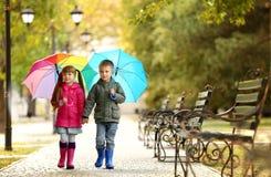 Enfants mignons avec des parapluies Photographie stock libre de droits