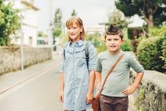 Enfants mignons avec des sacs à dos Photographie stock libre de droits