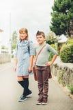 Enfants mignons avec des sacs à dos Image stock