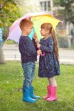 Enfants mignons avec le parapluie Photo libre de droits