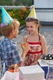 Enfants mignons ayant la fête d'anniversaire Photo stock
