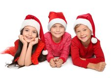 Enfants mignons dans des chapeaux de Santa sur le fond blanc Célébration de Noël Image libre de droits