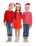 Enfants mignons dans des chapeaux de Santa sur le fond blanc Célébration de Noël Photographie stock