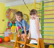 Enfants mignons dans le gymnase Image libre de droits