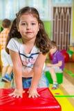 Enfants mignons dans le gymnase Images stock