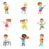 Enfants mignons dansant et jouant les instruments de musique, ensemble pour la conception de label Illustrations colorées détaill Image libre de droits