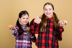Enfants mignons de filles mangeant les petits pains ou le petit g?teau Dessert doux Recette culinaire Casse-cro?te savoureux Cuis photographie stock