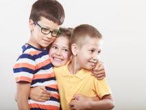 Enfants mignons de sourire heureux petite fille et garçons Photos stock