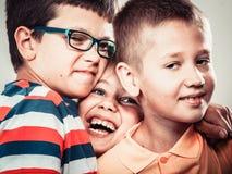 Enfants mignons de sourire heureux petite fille et garçons Image libre de droits