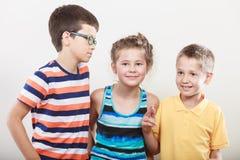 Enfants mignons de sourire heureux petite fille et garçons Photographie stock libre de droits