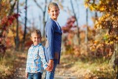 Enfants mignons en parc d'automne Photos libres de droits