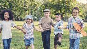 Enfants mignons gais Joy Concept d'amis d'enfants occasionnels Photographie stock libre de droits