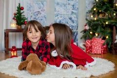 Enfants mignons, garçon et fille, ayant l'amusement sur Noël Images libres de droits