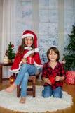 Enfants mignons, garçon et fille, ayant l'amusement sur Noël Photos libres de droits