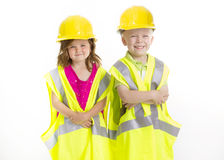 Enfants mignons habillés en tant que jeunes ingénieurs Photographie stock