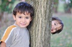 Enfants mignons heureux en stationnement Photo stock