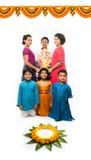 Enfants mignons indiens tenant la statue de Lord Ganesha ou de Ganapati sur le festival ou le chaturthi de Ganesh, accueillant un Image libre de droits
