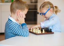 Enfants mignons jouant à la maison images libres de droits