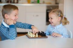 Enfants mignons jouant à la maison image libre de droits