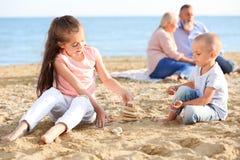 Enfants mignons jouant sur la plage Photographie stock