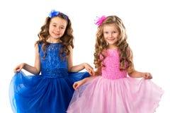 Enfants mignons, portrait de petites filles dans des robes de princesse, d'isolement sur le blanc Photos stock