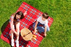 Enfants mignons prêts pour le pique-nique dans le pré d'été Image libre de droits