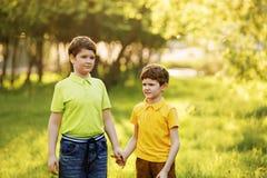Enfants mignons se reposant en parc d'été photographie stock