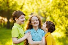 Enfants mignons se reposant en parc d'été images libres de droits