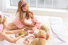 Enfants mignons traitant des jouets avec des bonbons Images libres de droits