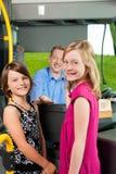 Enfants montant à bord d'un bus photographie stock