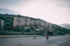 Enfants montant des bicyclettes en parc d'une ville suburbaine images libres de droits