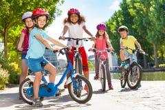 Enfants montant des bicyclettes pendant des vacances d'été Photos libres de droits