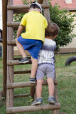 Enfants montant l'échelle de terrain de jeu Photographie stock
