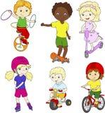 Enfants montant le monocycle, la bicyclette et le scooter, roller et Photographie stock
