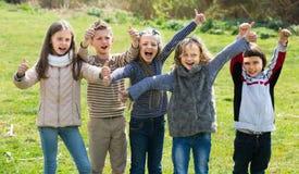 Enfants montrant des pouces dehors Image libre de droits