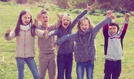 Enfants montrant des pouces dehors Images libres de droits