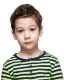 Enfants émotions Fermez-vous vers le haut du portrait d'un petit garçon perplexe Photo libre de droits