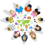 Enfants multi-ethniques avec des concepts du monde Image libre de droits