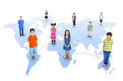 Enfants multi-ethniques reliés se tenant sur le monde Image stock