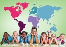 Enfants multiculturels lisant devant la carte colorée du monde avec le professeur Images stock