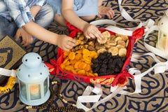 Enfants musulmans mangeant le petit déjeuner iftar dans le mois saint Ramadan photo libre de droits
