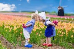 Enfants néerlandais dans le domaine de tulipe Photo libre de droits