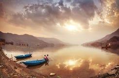 Enfants népalais au lac Pokhara Image stock