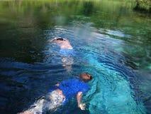Enfants nageant Photographie stock