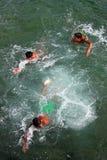 Enfants nageant dans l'Océan Atlantique Photos libres de droits