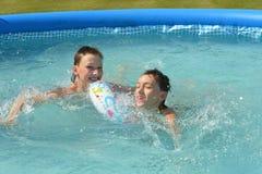 Enfants nageant dans la piscine Images stock