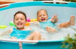 Enfants nageant dans la piscine d'enfant Photo libre de droits