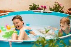 Enfants nageant dans la piscine d'enfant Photographie stock