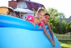 Enfants nageant dans une piscine gonflable Photo libre de droits