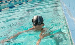 Enfants nageant et jouant dans l'eau, bonheur images stock
